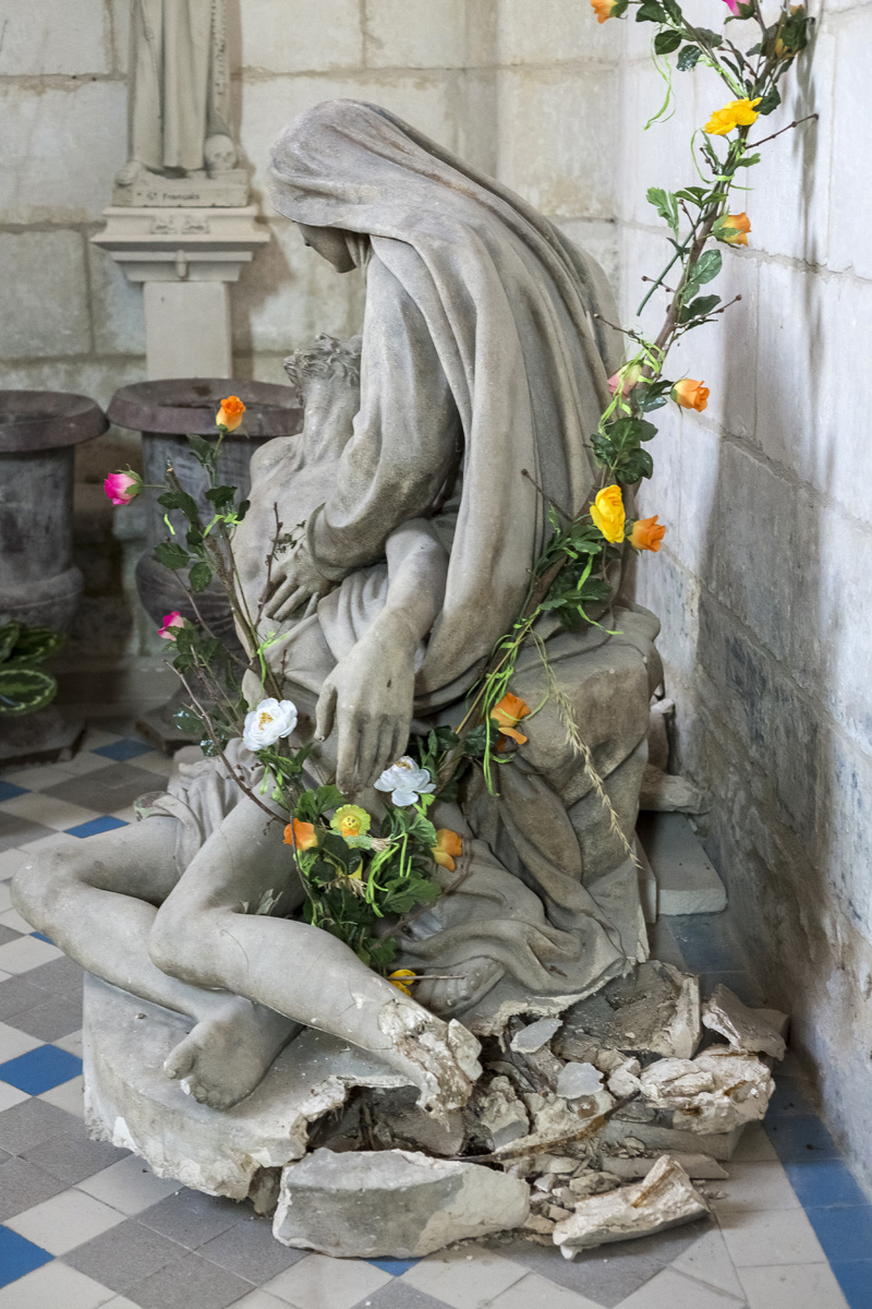 Eglise Saint Pierre à Chaniers (17), sculpture la Pièta à restaurer
