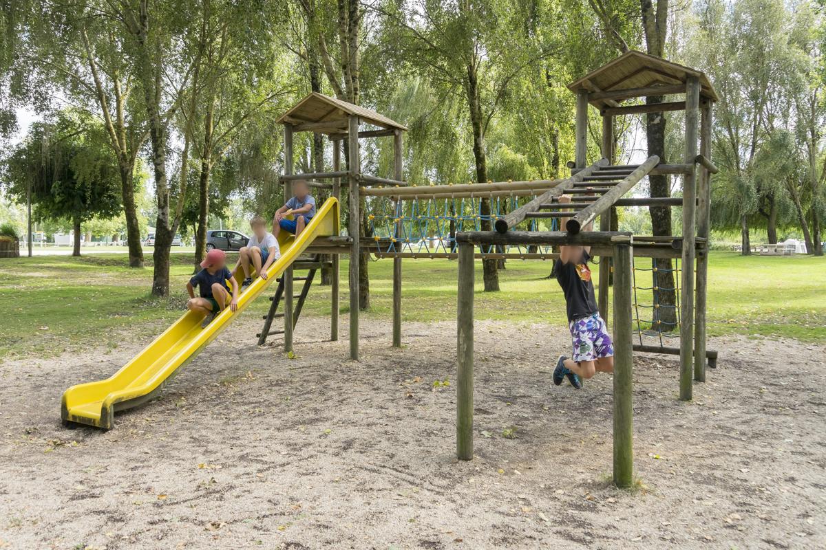 Terrain de jeux pour enfants à Chaniers (17)