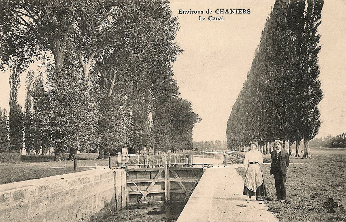Ancienne carte postale Chaniers - Canal
