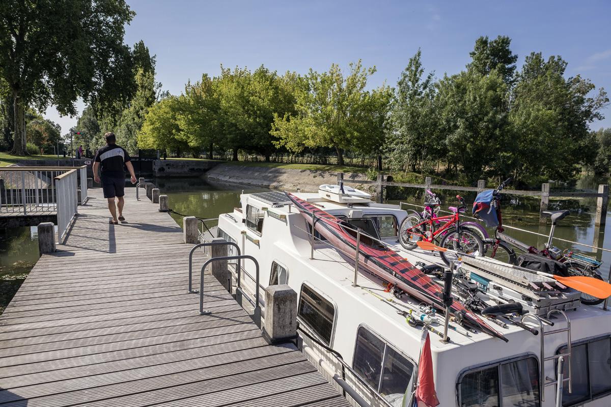 Ponton en aval de l'écluse de la Baine à Chaniers (17)